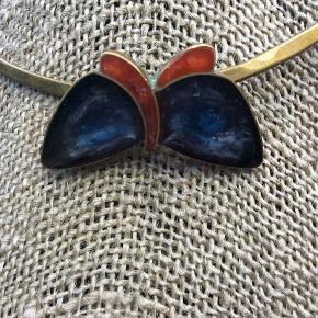 Smukkeste unika vintage halssmykke. Kobber bagpå sommerfugl/halsring er messing, sommerfugl i ægte energivende slebet blå/orange sten, er usikker på ædel-stentype, så det tør jeg ikke kaste mig ud i.