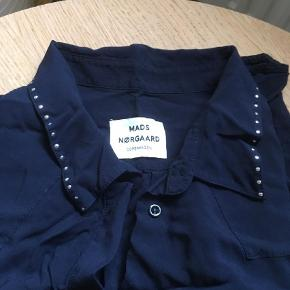 Varetype: Skjorte  Farve: Marineblå Oprindelig købspris: 799 kr.  Lækker oversize skjorte i 100 % viskose. Brystmål er ca 120 cm. Den har sølvnitter på kraven, bærestk på ryg samt ved ærmerne. Brugt en enkelt gang, da den desværre er for stor til mig. Handler kun med mobilepay og sender med dao