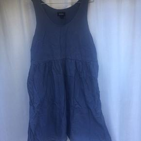 Fin enkel kjole. Rigtig god med t-Shirt under   * Rabat gives ved køb af flere items *  * Mødes og handler eller handler gennem appen eller evt. mobilepay - køber betaler fragt *