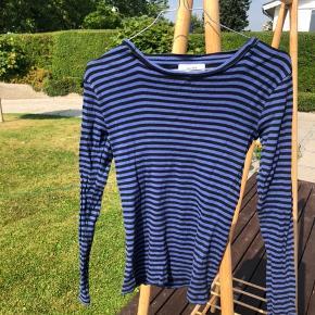 Blå/sortstribet bluse fra Mads Nørgaard. Svarer til en Small  Kan afhentes i Birkerød, eller evt. mødes et sted i københavn.  Ved køb af flere ting kan prisen sagtens forhandles😊