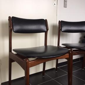 To styk teakstole sælges. De ligner den klassiske Erik Buch model 49, men har dog en fin messingdetalje mellem stel og rygstykke. Stellet har flot patina, da det jo er en gammel stol. Sæde og ryg er med sort skai. Begge stole har en lille fejl i deres skai bagerst på rygstykket, men dette er placeret nederst og man ser det derfor ikke.