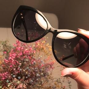 Solbriller fra Michael Kors, modellen hedder MK2009 Gstaad, købt i en brilleforretning i lufthavnen. De er ridsede på glasset, som ses på billedet. Derfor prisen!  #30dayssellout