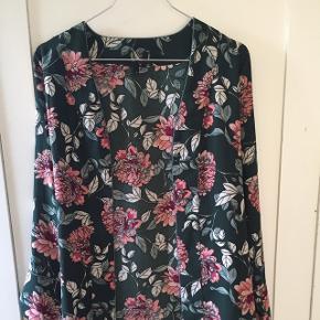 Meget smuk, grøn kimono fra Vero Moda. Den er aldrig brugt, den er helt som ny. der er mulighed for, at binde den om livet med et tilhørende bånd eller en sløjfe på ryggen, som vist på billedet. Båndet kan også tages helt af. Nypris = 250,- Mindste pris = 180,- (ellers byd!)