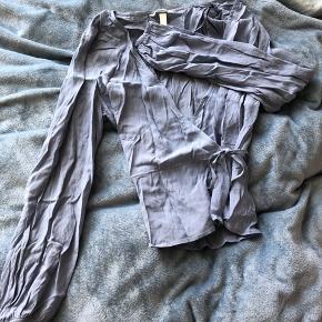 Fin slå-om skjorte i lyseblå fra h&m