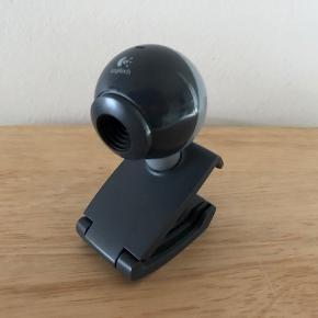 Webcam, Logitech, Perfekt  Enkelt, simpelt, funktionelt og prisbilligt webcam fra anerkendte Logitech.  Mærke: Logitech Model: 860-000206 Clip-On Pixels: 640x480, 1.3MP Grey USB Webcam C200  Nypris: 225 kr.  Ny/aldrig brugt. Fremstår perfekt.