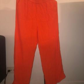 Orange/røde bukser med flæse for neden - fra Envii. Brugt får gange og er i god stand! Ny pris 450kr