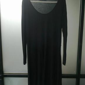 Varetype: kjole med lange ærmer i viskose Farve: sort Oprindelig købspris: 200 kr.  Sort kjole i 100 % viskose  Har aldrig fået den brugt, men den er vasket 1 enkel gang.  Bryst 2 x 50 cm. Længde 96 cm.  Porto er sendt som forsikret pakke med Dao, med mindre andet aftales.