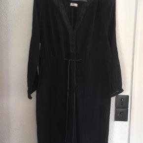 Varetype: Midi Farve: Sort Længde ca 94 cm  Lækker, let og luftig kjole i en blød og lækker bomuld. Kanter i silke. Fra Day Birger et Mikkelsen.  Tager aldrig billede med tøjet på.