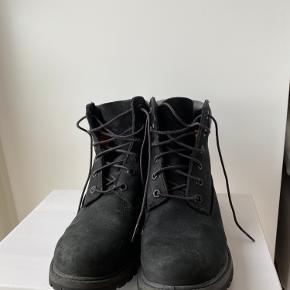 """Jeg sælger mine lækre ruskind Timberland støvler i modellen """"6 inch premium"""", da jeg desværre er vokset ud af dem. De har været brugt ca 20 gange, så de står næsten som helt nye:) Byd gerne, realistisk selvfølgelig"""