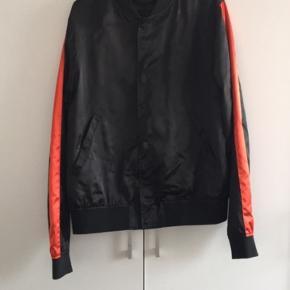 Lækker jakke fra Tiger of Sweden! Sælger den da den ikke passer mig, derfor er den altså brugt