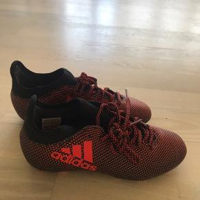 Fede fodboldstøvler fra Adidas. Brugt til fem træninger. Står som nye.