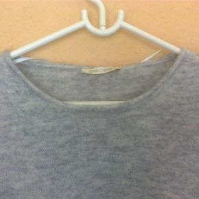 Varetype: strik trøje knit sweater bluse Størrelse: M/L Farve: lys grå  Fin sweater  40% uld, 15% mohair, 4% elastan og 41% polyamid.  Brugt 2 gange.