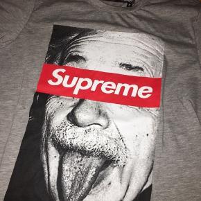 Sælger denne supreme t-shirt købt på Roskilde Festival i supreme butikken i år. Bytter ikke. Np var 750kr Det er ikke det oprindelige suprême mærke, men er godkendt i EU osv