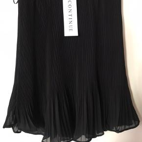 Super fin nederdel med søde detaljer. Har kostet 400,/