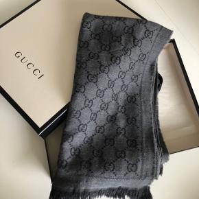 Sælger mit Gucci halstørklæde i farven Grey  Det er brugt, men stadig i god stand. Det har sine brugsspor som kan ses på billederne.  Ny pris var 1650kr. Byd fair! Sælges ikke for under 1.000kr.  Alt følger med😊