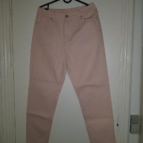 Helt nye bukser fra Vila aldrig brugt kun prøvet på Np var omkring 400kr  Pasform: passer fra 36-40 i str men Self en 36 med bælte  Det er Straight leg så de går lige ned hele vejen  Byd gerne / bytter gerne
