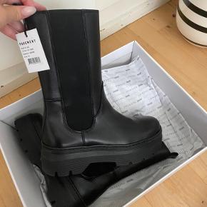 Pavement aya støvler - fejler ingenting, kun prøvet (slet ikke brugt) nåede blot ikke at bytte den inden fristen.   - de er købt fra nelly, de solgte dem til 1150