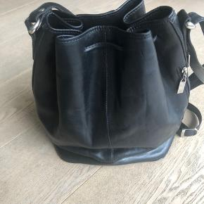 Lækker taske i kernelæder fra Boxca.  Ca. 30 cm. høj  og ca. 33 i bredden.
