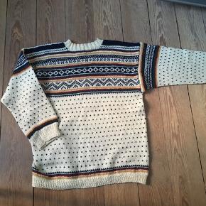 Fint hjemmestrikket sweater i vintage / retro stil i uldblandning. Passer en str M.