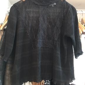 Super fin t-shirt med 3/4 ærmer. Den har lynlås på ryggen som er skjult.  Kom gerne med bud 😊