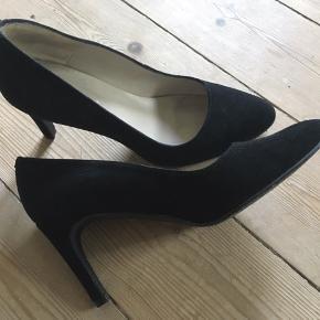 Klassiske sorte stiletter. De er kun brugt indendørs på kontoret (aldrig udendørs)