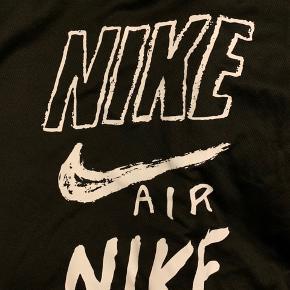 Nike Running sæt med t-shirt og shorts. Købt i en Nike Running store i Singapore, så det fitter xl. Vasket to gange tror jeg så næsten nyt. Kan hentes i Aarhus V, meet-up på uni eller sendes!