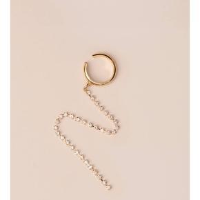 """Earcuff """"Amabella Gold"""" med kæde af swarowski sten 23 karat guldbelagt Diameter 1,5 cm Længde 13 cm"""