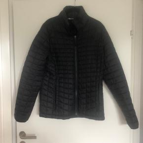 Super skøn 3-i-1 jakke fra North Face. En thermoball jakke som kan hægtes på en regnjakke så man har en vinterjakke.  Næsten ikke brugt, sælges da den er for stor.