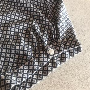Dejlig bluse med trekvart ærme Sort/hvid  Overvinde: 162 cm Længde bag: ca 88 cm Ca 10 cm kortere foran