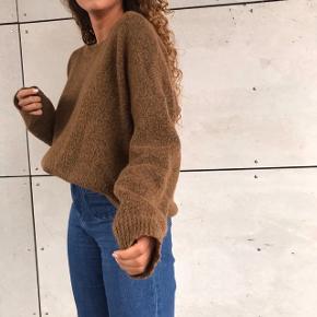 Super lækker strik for Moss CPH 💖💗 den er også super flot udover en kjole eller nederdel ♥️ laver af :  33% Mohair   34% Wool   27% Polyester   5% Elastane