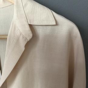 Fersken farvet tunika fra Zara. Kun prøvet på, men jeg føler, at den er for stor. Den er en str. 38, men jeg vil mere sige, at den passer til en str.40/42. Nypris 299 kr i foråret 2019. Materialet er Viscose og hør.