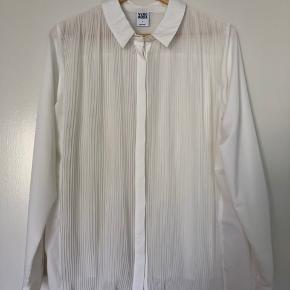 Sælger denne skjorte fra Vero Moda. Den her kun været brugt to gange. Som det kan anses på billedet er den lidt gennemsigtig.  Kan afhentes i Odense og Fredericia.
