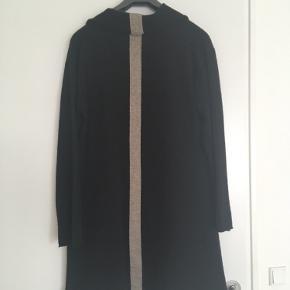 Flot, tynd strikcardigan i 100% uld.  Kun brugt få gange. Ingen fejl. Størrelsen er L, men rummer også fint en XL.  Prisen er fast kr. 350, og jeg bytter ikke.