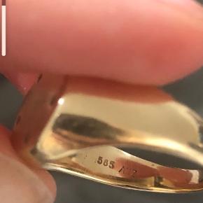 14k signet guldring med 5 små diamanter købt hos Vibholm. Stempel + kvittering ses på billederne. Nypris 7500 Bud ønskes, mp er 3000  Jeg tror str er 50/51 men det får jeg tjekket op på snarest ✌🏼