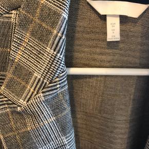 Sælger denne habit fra H&M og grå med lidt gule detaljer. Da jeg ikke får den brugt. Maks brugt 5 gange:)