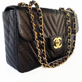 Chanel Vintage XL Maxi Jumbo med XL logo. Meget sjælden i caviar og med chevron quilting. Hardware med 24k ægte guld. I som ny stand.   Mål: 35.5x23x10cm.   Fast pris: 25800 kr.   For nærmere info og køb skriv til Info@deedee-tasker.dk