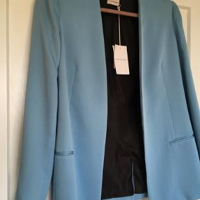 Smukkeste blazer stadig med prismærke i :-) Sælges da jeg desværre ikke har fået den brugt. Farven er mere en mørkeblå tyrkis 😊