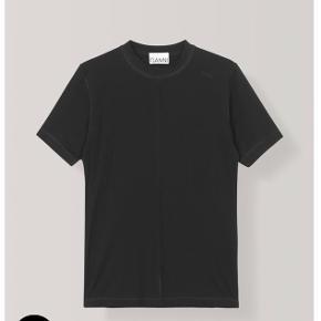T-shirt i blød kvalitet med rund hals, slids i sidesømmen og diskret, broderet GANNI logo. True to size Smal pasform Blødt og slidstærkt stretchmateriale