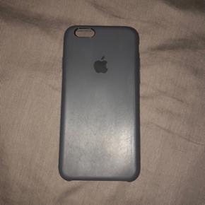 iPhone 6/6S originalt Apple silikone cover i sort  Købt for 300,- Aldrig brugt - men bemærk mærker på bagsiden, ved ikke hvordan de er kommet. Ses dog kun fra nogle vinkler!  Sælges da jeg har fået en iPhone X og i forvejen har 2 andre af disse til min 6'er (se også anden annonce for anden farve).   Super behageligt at holde på og lang holdbarhed/god kvalitet. Mit tredje apple-cover som jeg beholder, har jeg haft på i over 2 år med meget få skrammer, som kun er kommet ved tab af telefon.   OBS! Prisen er fast, samt uden forsendelse samt bytter ikke.