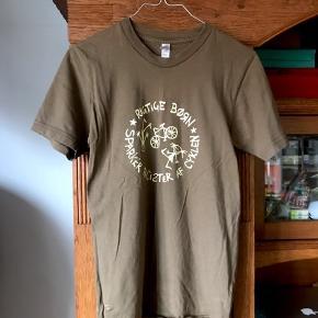 """☀️ T-shirt str s, armygrøn. bemærk teksten er lidt slidt i """"sparker""""."""