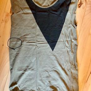 En blomstret Vero Moda-top og en grøn Very Vero Moda t-shirt med sort mønster 😊 Begge trøjer er i fin stand. T-shirten har dog to meget små huller (se billede) 👀 Størrelse: M (top) og 38 (t-shirt) 📏 Original pris: 180 kr. 💰 Nu: 50 kr. for begge dele 👌🏻 . #karolinesklædeskab