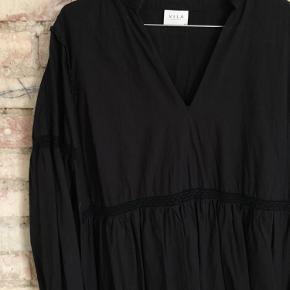 Vila kjole str m med fine detaljer. Brugt få gange.    Pris: 75 kr. plus fragt.   Bytter ikke. Kan afhentes i Aarhus.