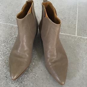 Skønne støvler i det lækreste skind og kun brugt to gange så fremstår som nye.. Prisen er fast og bytter ikke!