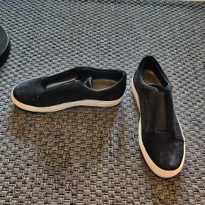 Sorte loafers i ruskind. God sål, så de kan bruges om vinteren.