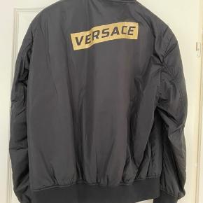 Velholdt og ikke meget brugt Versace herrejakke. Kun brugt ved få lejligheder. Fremstår som absolut ny. Prisen er fast.