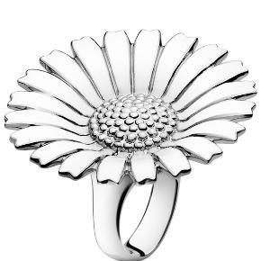 Sælger denne fine Georg Jensen Daisy ring i sølv, da jeg desværre aldrig har fået brugt den. Ringen måler 33mm i diameter og er ca størrelse 55.  Ringen har en lille skade, hvorfor den sælges meget billigt.