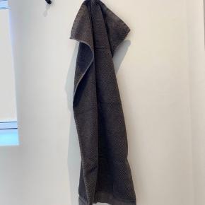 4 stk. håndklæder sælges. De har været brugt i et par uger. Der er dog en enkelt plet på det éne, men det ses stort set ikke