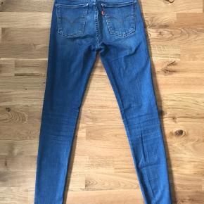Jeans fra Levi's i størrelse 24. Modellen hedder 710 super skinny.