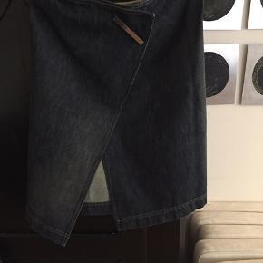 Lækker nederdel fra Gucci, str.38 brugt 2 gange. Nypris 8.500,- sælges for 800,-