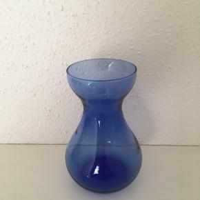 P Flot Hyacintglas sælges 😊 Højde 15 cm. Jeg mener, at det fra Holmegaard🌷 Se også mine andre spændende annoncer, da jeg bl.a. sælger ud af min samling af glas 🥂🌸  Vase Farve: Blå